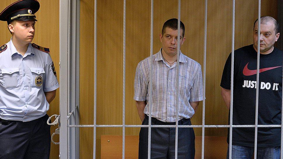 Бывшие борцы с коррупцией Алексей Маругин (в центре) и Владислав Клименко (справа) получили сроки за мошенничество