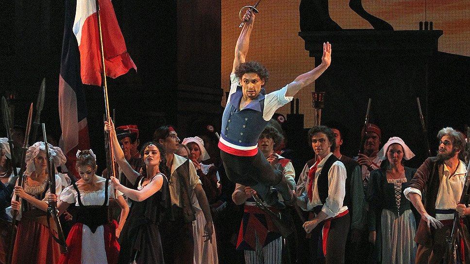 Иван Васильев, парящий над революционной толпой,— картина, близкая сердцу каждого любителя балета
