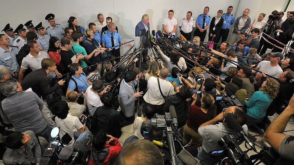 Адвокат Анатолий Кучерена предстал перед армией журналистов без Эдварда Сноудена