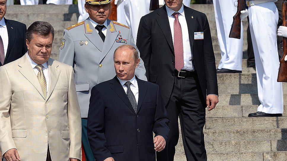 Президент России Владимир Путин, президент Украины Виктор Янукович и министр обороны Сергей Шойгу начали осмотр боевых кораблей Черноморского флота с себя