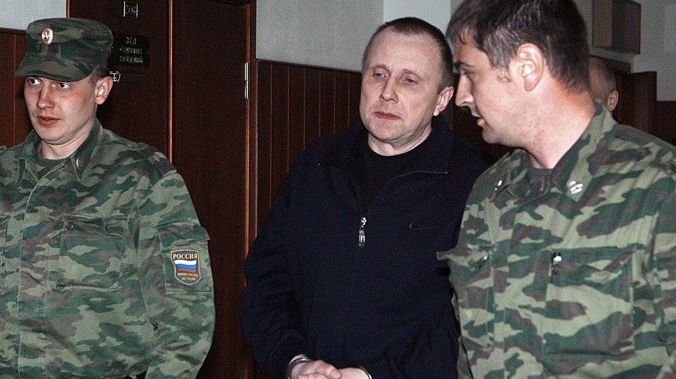 Исполняя решение ЕСПЧ, Верховный суд отправит дело Алексея Пичугина (в центре) на новое рассмотрение