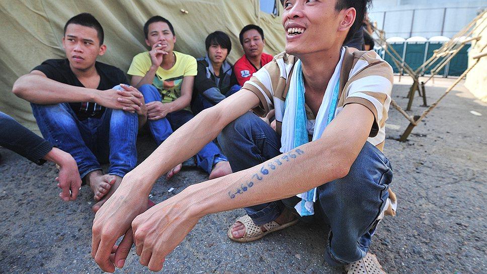 Правозащитники жалуются, что мигрантам некомфортно сидеть в лагере