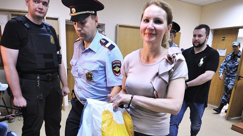 Надежды Нелли Дмитриевой и Максима Каганского (на заднем плане) на условное наказание не оправдались