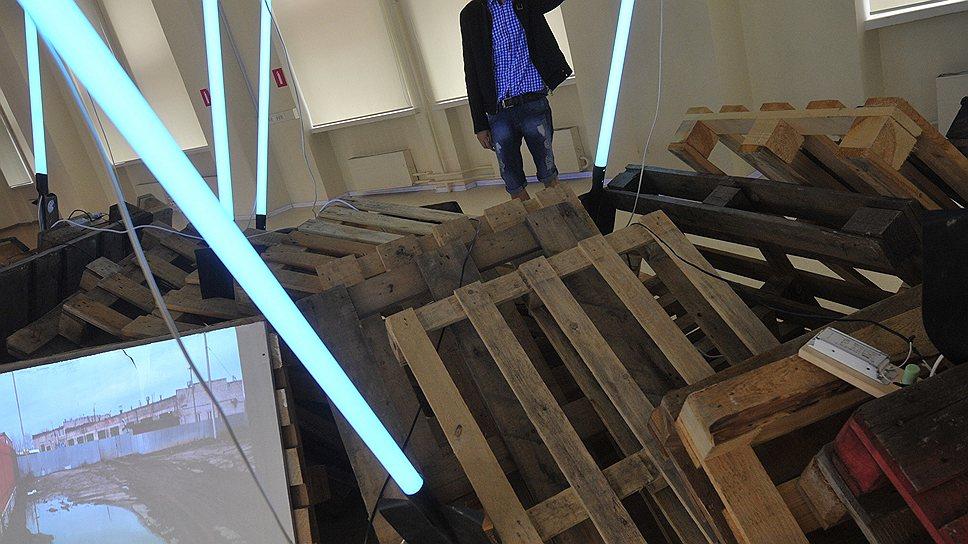 Инсталляция Игоря Самолета в завуалированной форме подает зрителю идею о вознесении тех, кто пал слишком низко