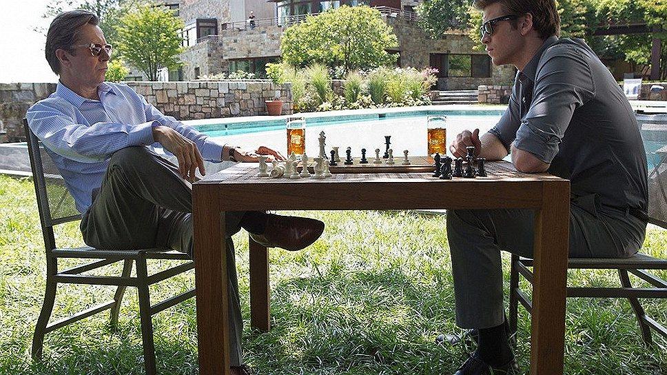 В «Паранойе» самонадеянный молодой айтишник (Лиам Хемсуорт) начинает рискованную партию с акулой бизнеса (Гэри Олдман), но выигрывает в итоге ФБР
