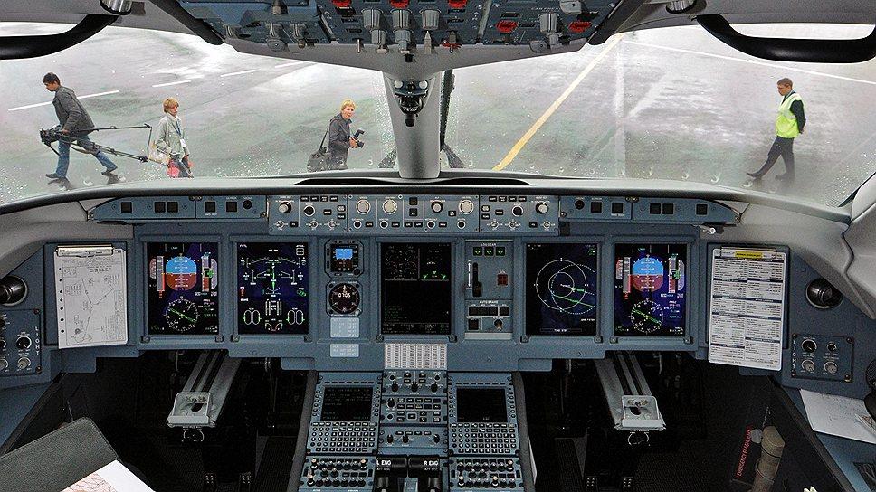 """Чтобы успеть продемонстрировать самолет на МАКСе компания """"Сухого"""" решила прибегнуть к услугам другого разработчика интерьера"""
