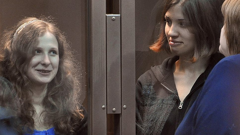 Адвокат Ирина Хрунова (на переднем плане) просит трудоустроить своих подзащитных Марию Алехину (слева) и Надежду Толоконникову (справа) на свободе