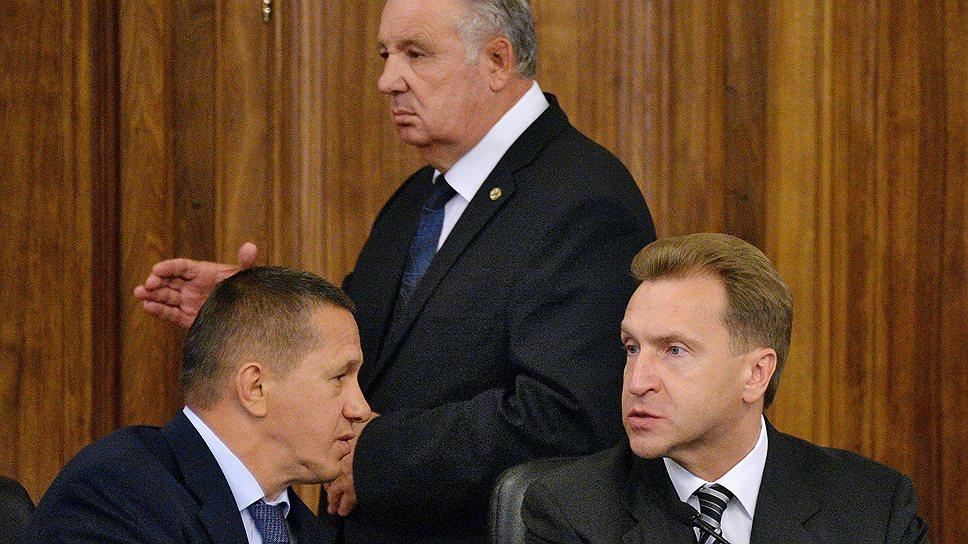 Бывший полпред президента Виктор Ишаев оставил спасение утопающего Дальнего Востока вице-премьерам Игорю Шувалову (справа) и Юрию Трутневу (слева)