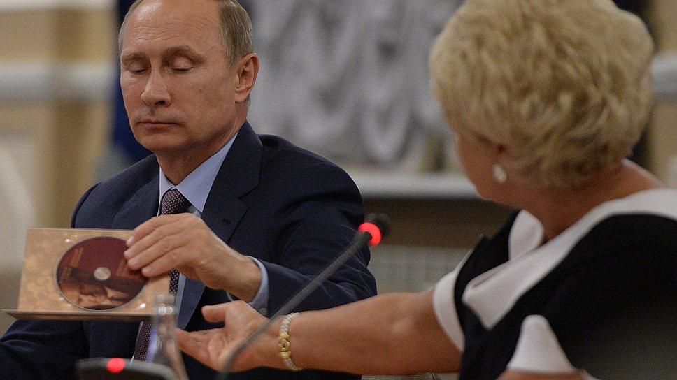 Кроме собрания сочинений в печатном виде точно такое же вышло и в электронном (на фото — Людмила Нарусова и Владимир Путин)