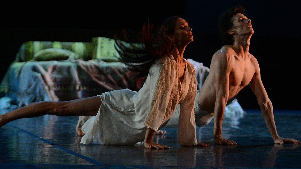 Вежливость Ивана Зайцева (Ромео) слегка обескуражила Полину Семионову (Джульетта), но профессионализм помог ей довести любовное напряжение до нужного градуса драматизма