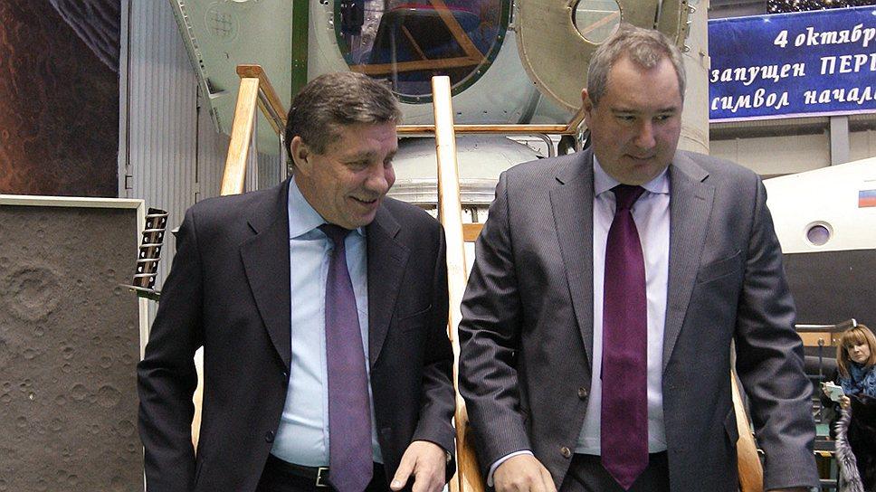 Владимир Поповкин (слева) предлагает Дмитрию Рогозину направить ход реформы космической отрасли в единое русло