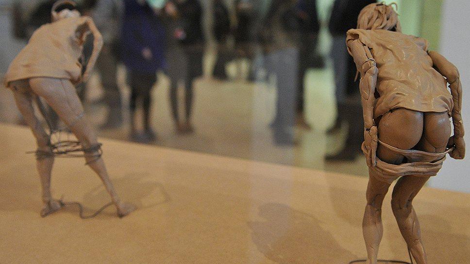 """Играя с масштабами скульптуры в своей """"Работе океана"""", участник биеннале Адриан Вильяр Рохас сообщает экспозиции человеческое измерение"""