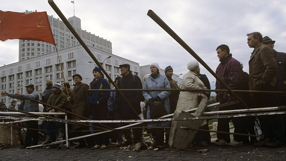 Сторонники Верховного совета митинговали у стен Белого дома вплоть до развязки конституционного кризиса, случившейся 3-4 октября 1993 года
