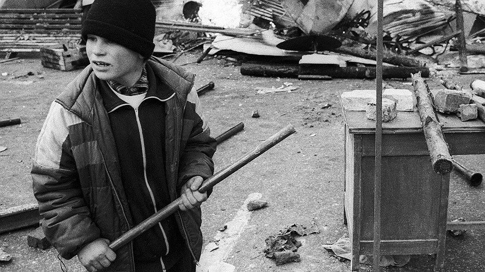 Массово оружие не было роздано ни защитникам Верховного совета, ни сторонникам Бориса Ельцина, и кто попало вооружался чем попало