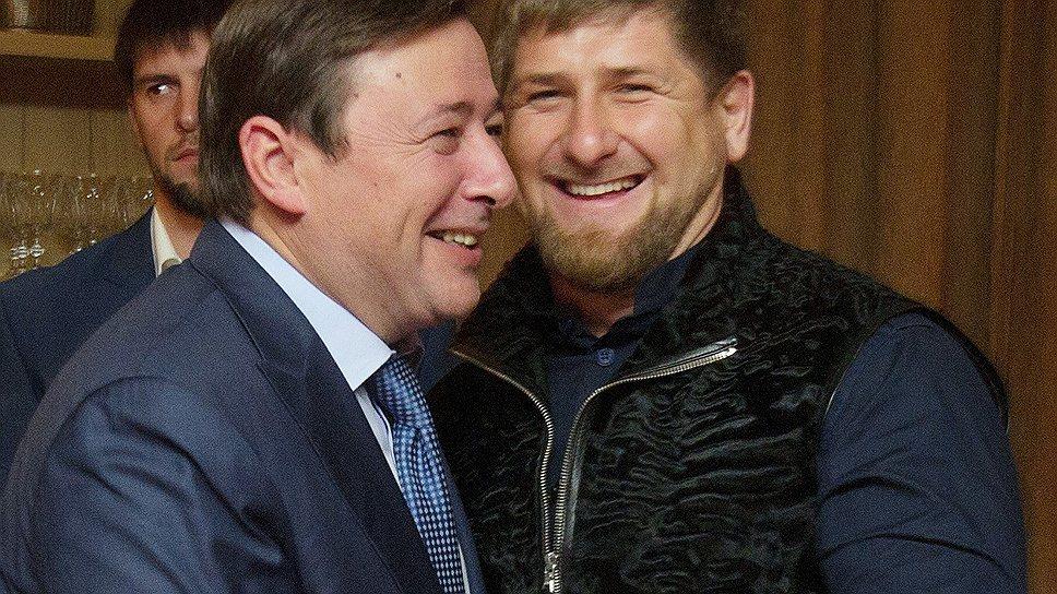 Александр Хлопонин (слева) посмеялся в жилетку Рамзана Кадырова (справа)