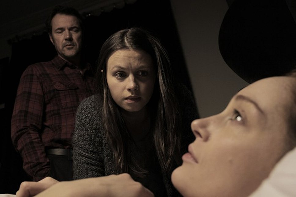 """Герой фильма """"На грани сомнения"""" (Себастьян Кох) с самого начала сомневается, стоит ли связываться с роковой подругой (Лотте Вербек, справа) его дочки (Ребекка Найт)"""
