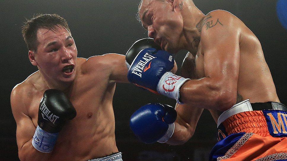 Руслан Проводников (слева) оказался слишком жестким бойцом для Майка Альварадо