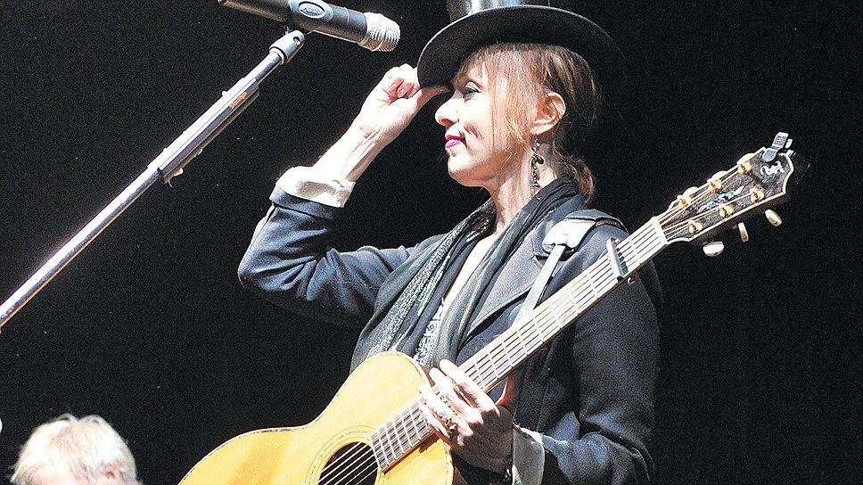 Сюзанн Вега на концерте в Arena Moscow порадовала меломанов аккомпанементом Джерри Леонарда — гитариста, сыгравшего большинство партий на последнем альбоме Дэвида Боуи