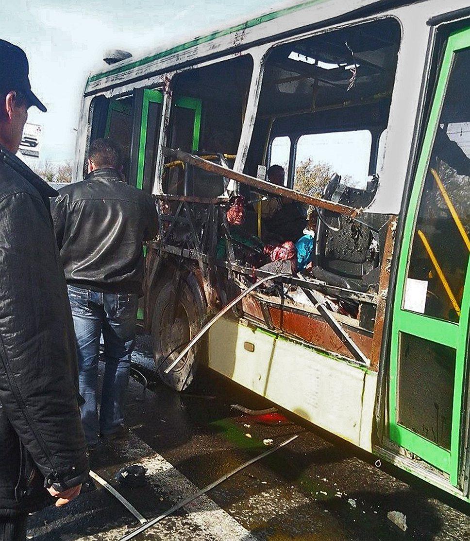 Эксперты сразу не смогли приступить к осмотру взорвавшегося автобуса, так как опасались, что в нем заложена еще одна бомба