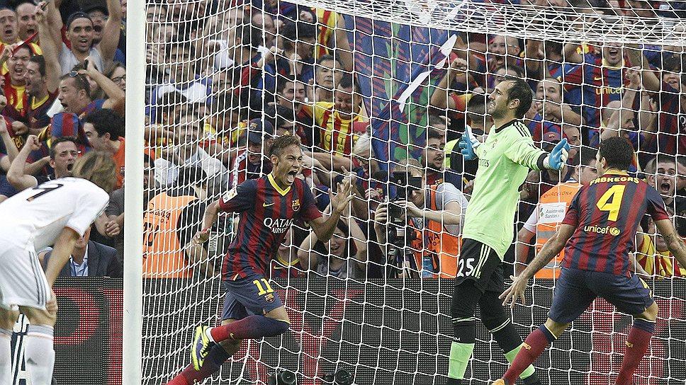 """Форвард """"Барселоны"""" Неймар (слева в сине-гранатовой форме) принес своей команде победу в матче против """"Реала"""""""