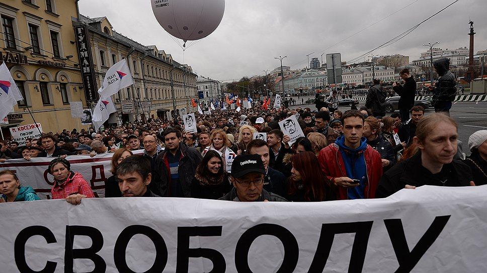 """Кроме """"узников Болотной"""" на марше вспоминали и арестованного экс-мэра Ярославля Евгения Урлашова — шар с его изображением парил над толпой"""