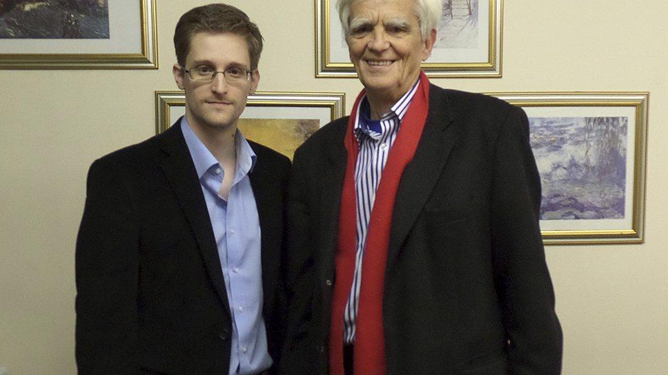 Разоблачитель спецслужб США Эдвард Сноуден (слева) пообещал немецкому депутату Хансу-Кристиану Штрёбеле помочь с расследованием дела о прослушке телефона Ангелы Меркель