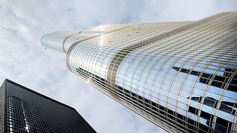 В 2001 году Дональд Трамп объявил, что небоскреб  Trump Tower Chicago станет самым высоким в мире, но после террористических актов 11 сентября его высотность была снижена. Сегодня 92-этажная Trump Tower Chicago достигает 423 метра без шпиля. Для сравнения число этажей самого высокого небоскреба Burj Khalifa (828 м)  в Дубае достигает 163