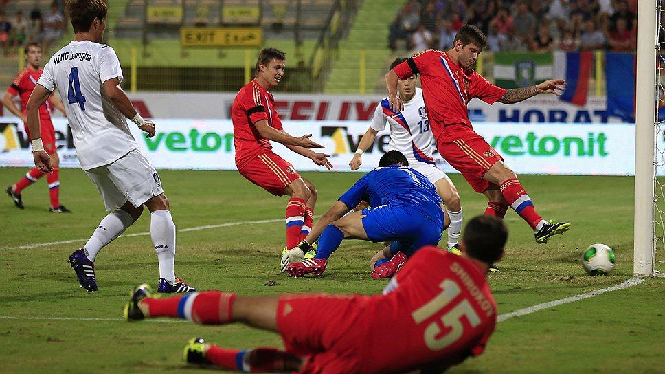 Форвард сборной России Федор Смолов (справа в красной форме) забивает первый мяч в ворота сборной Южной Кореи