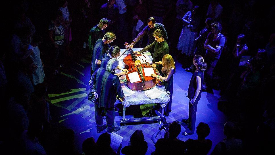 Окружив стол, который хочется назвать хирургическим, четверо музыкантов выпиливали и выстукивали из контрабаса различные тоны и шумы