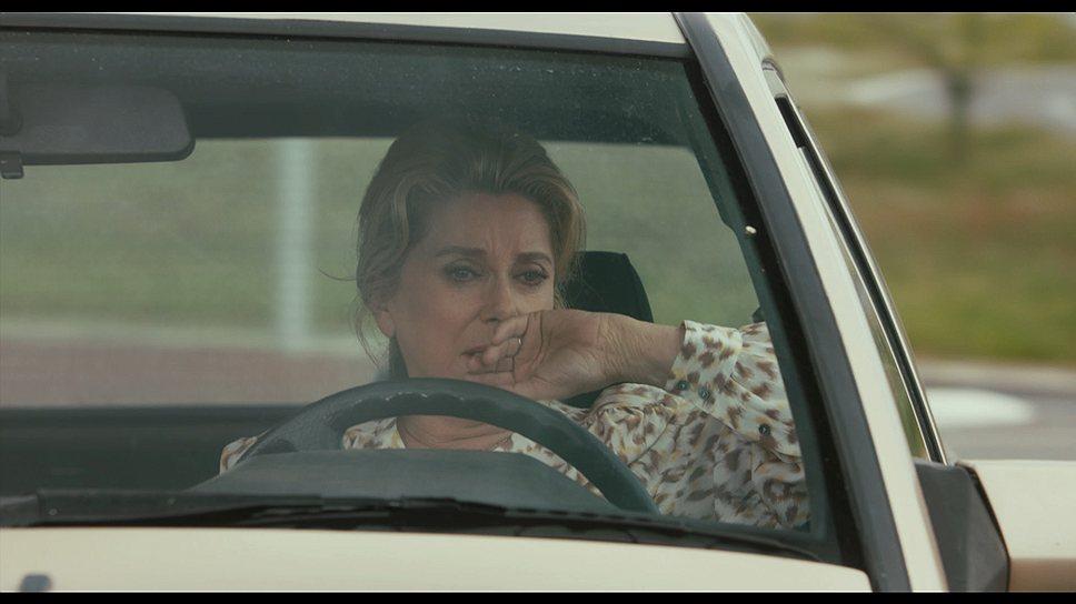 """Главная героиня фильма """"За сигаретами"""" в исполнении Катрин Денёв находится в том возрасте, когда цифры не называют, а жизнь уже никак невозможно повернуть назад"""