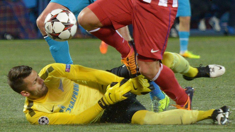 """Футболисты """"Атлетико"""" (в красно-белой форме) и в ослабленном составе смогли не проиграть """"Зениту"""""""
