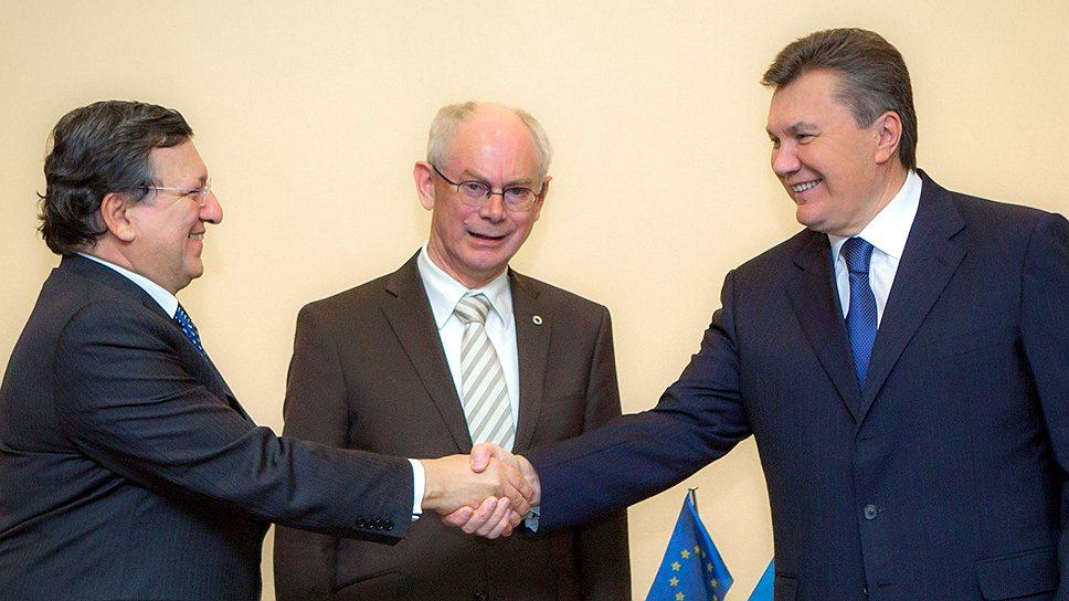 В Вильнюсе ждут объяснений отказа Киева подписывать соглашение об ассоциации с ЕС (на фото слева направо: председатель Еврокомиссии Жозе Мануэл Баррозу, председатель Европейского совета Херман Ван Ромпёй, президент Украины Виктор Янукович)