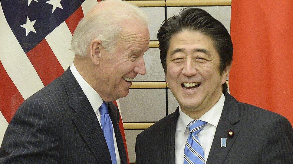 Вице-президент США Джо Байден (слева) подтвердил японскому премьеру Синдзо Абэ союзнические обязательства Вашингтона перед Токио