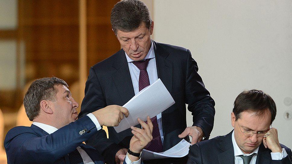 Вице-премьер Дмитрий Козак (в центре) уже поддержал будущий взлет главы Минрегиона Игоря Слюняева (справа) над строем рядовых министров