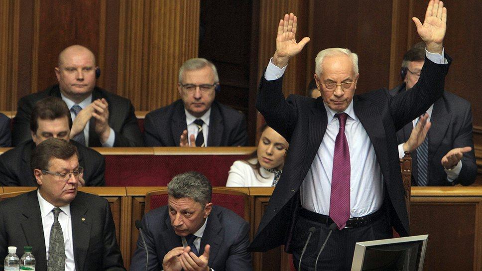 Украинская оппозиция так и не дождалась капитуляции от премьер-министра Николая Азарова (справа)