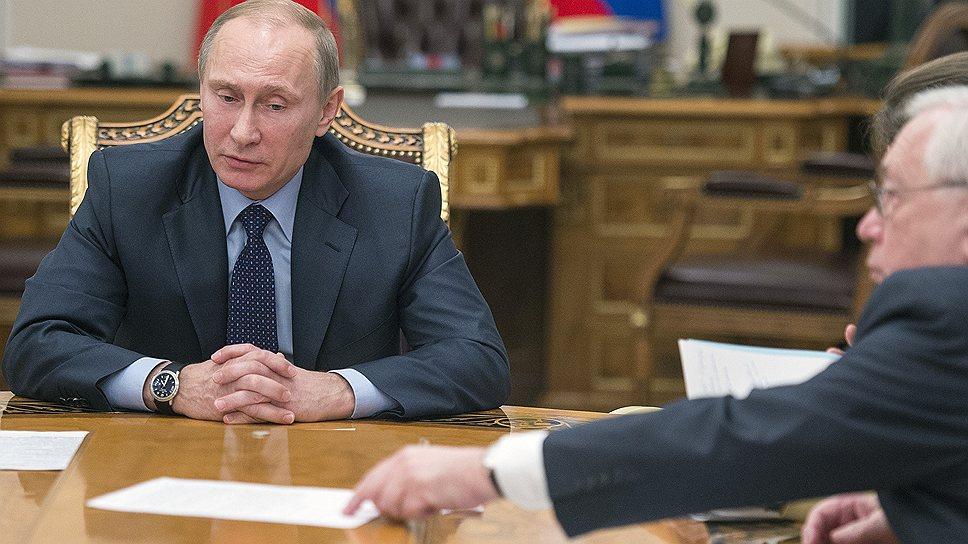 Президент России Владимир Путин (слева) и уполномоченный по правам человека в России, президент Параолимпийского комитета России Владимир Лукин (справа) во время встречи с правозащитниками в резиденции Ново-Огарево