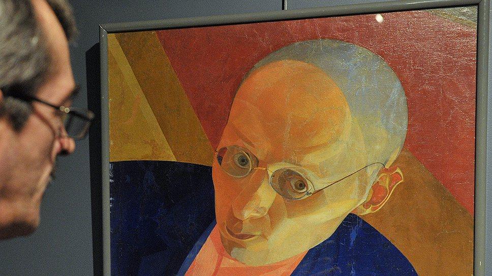Первое, что бросается в глаза в живописи Леонида Чупятова,— сдвиги, ракурсы, совмещение того, что внутри, и того, что снаружи, монтаж с наложением временных пластов одного на другой