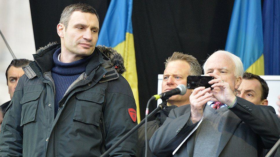 """Стоя на """"Евромайдане"""", американский сенатор Джон Маккейн (справа) увидел в нем """"будущее Украины"""""""