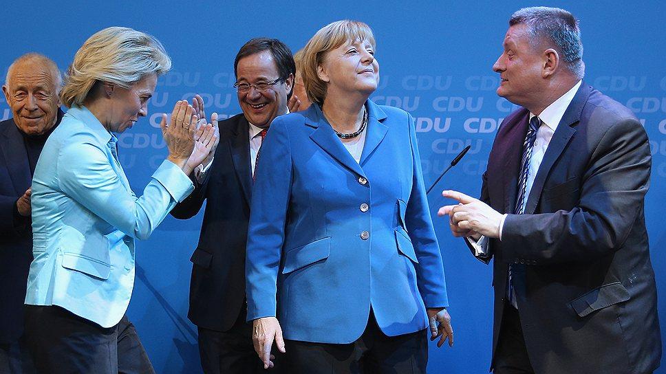 Главной сенсацией третьего кабинета Ангелы Меркель (на фото — в центре) стало назначение на пост главы Минобороны Урсулы фон дер Ляйен (слева)