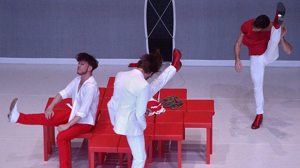 """В спектакле """"Цвет: красный"""" яркость сценографии отлично маскирует невзрачность хореографии"""