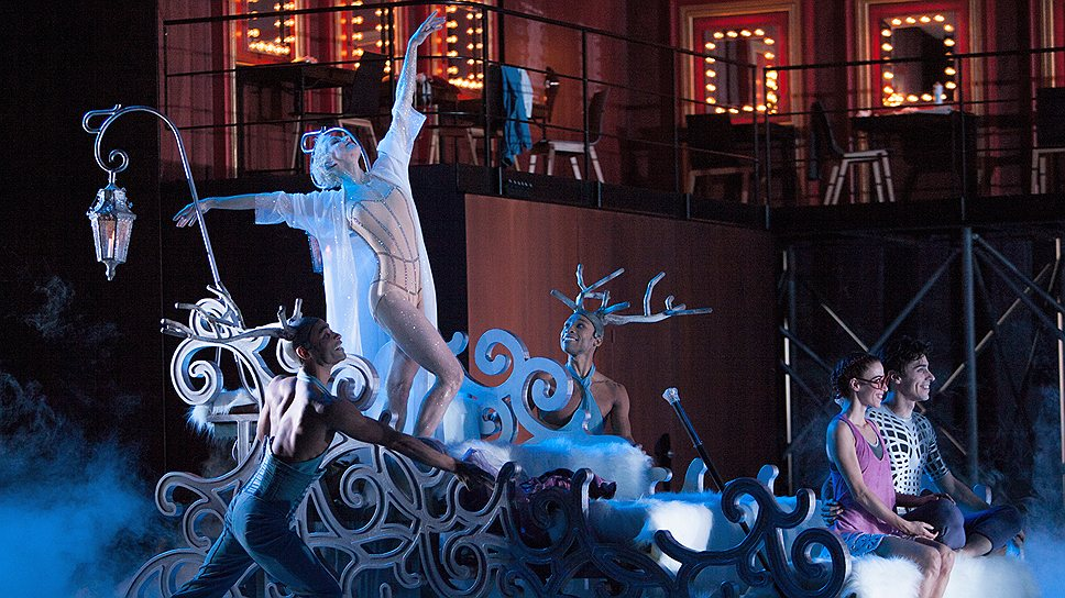 Во втором акте Фея Дроссельмейер (Бернис Коппьетерс), обернувшись Снежной королевой, открывает юным артистам сказочные балетные богатства