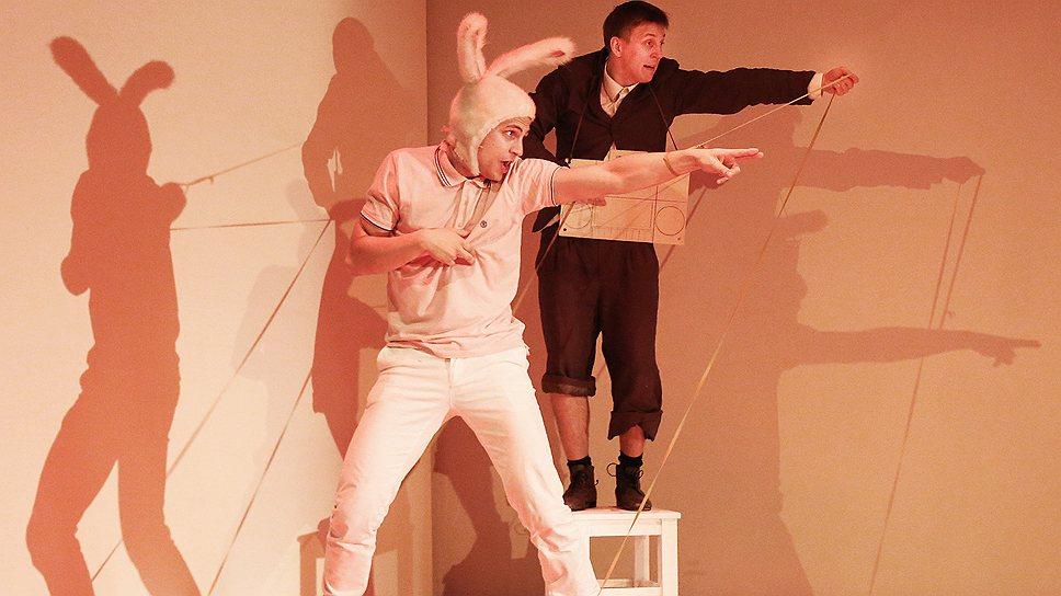 """В спектакле """"Удивительное путешествие кролика Эдварда"""" по сказке Кейт Дикамилло заглавный герой (Александр Молочников) претерпевает множество обид от жестокосердных людей и превращается в разочарованного хипстера"""
