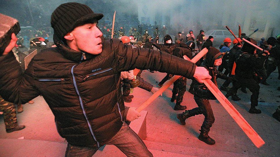 Оружием украинских радикалов стали булыжник и дубина