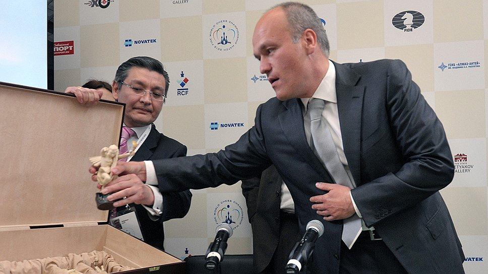 Известным в шахматном мире Андрея Филатова (справа) сделал матч за титул чемпиона мира в Третьяковской галерее