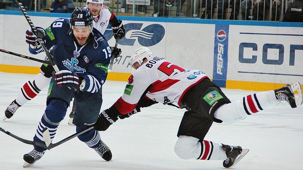 """Благодаря гостевой победе над """"Адмиралом"""" хоккеисты """"Трактора"""" (в белых свитерах) улучшили свои шансы на попадание в play-off"""