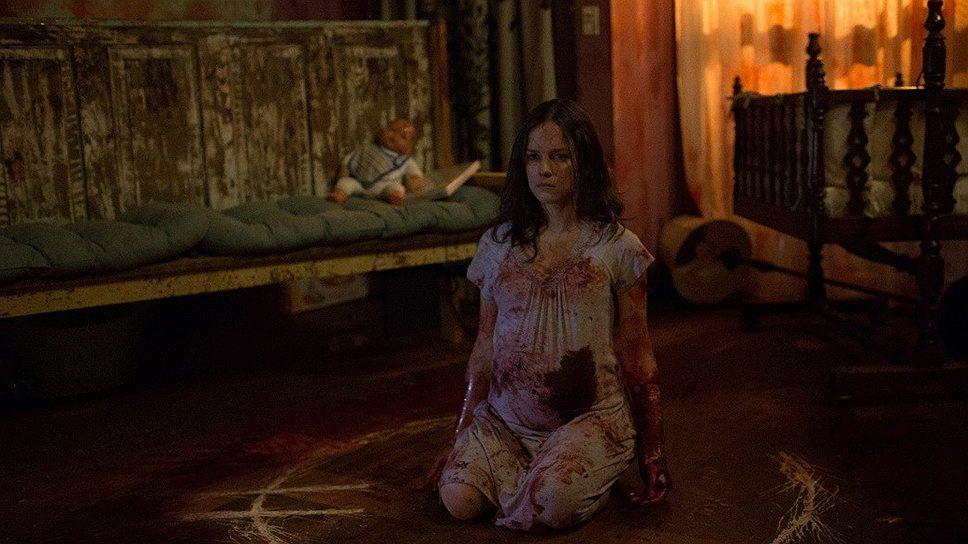 Будущая мать дьявола (Эллисон Миллер) проводит беременность бурно и кроваво, но малосодержательно