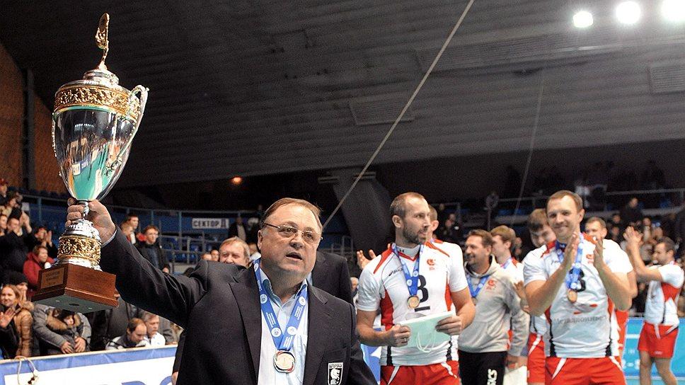 Команда Геннадия Шипулина (на переднем плане) уже целый год забирает все призы в российском волейболе