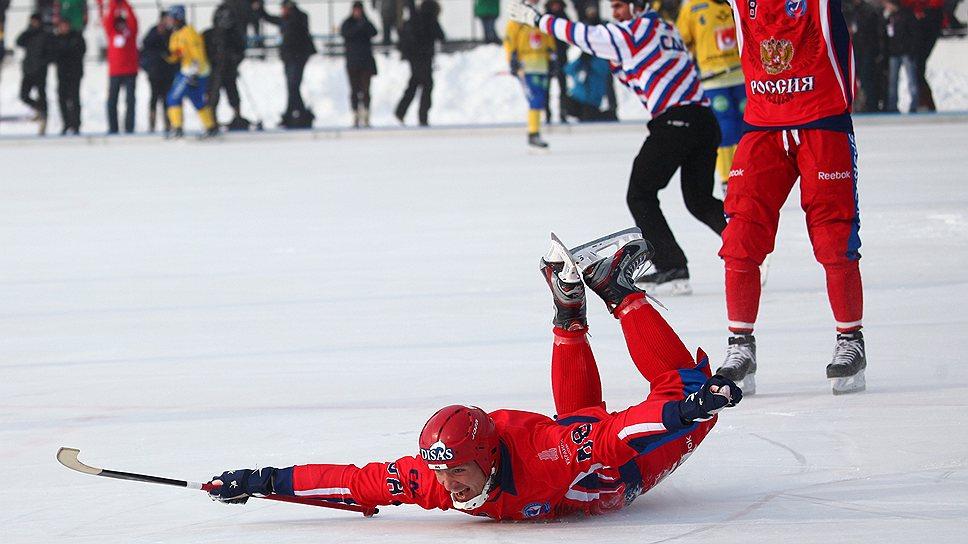 Хоккеистам сборной России (в красной форме) удалось второй год подряд выиграть золото чемпионата мира, одолев в упорном финале шведов
