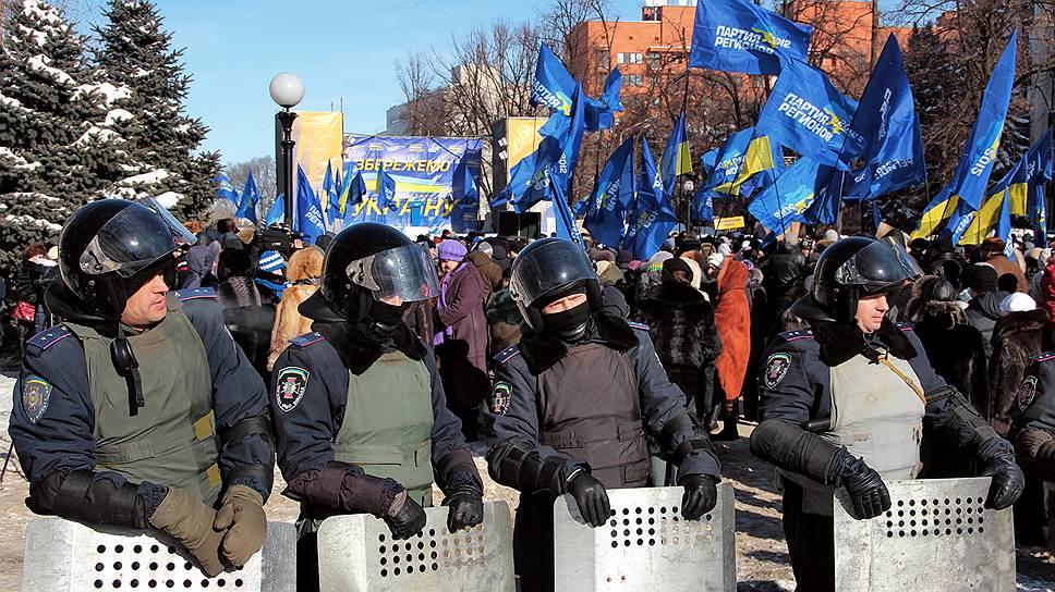 На примере Днепропетровска правящая Партия регионов пытается доказать, что на всякий Майдан она соберет свой Антимайдан