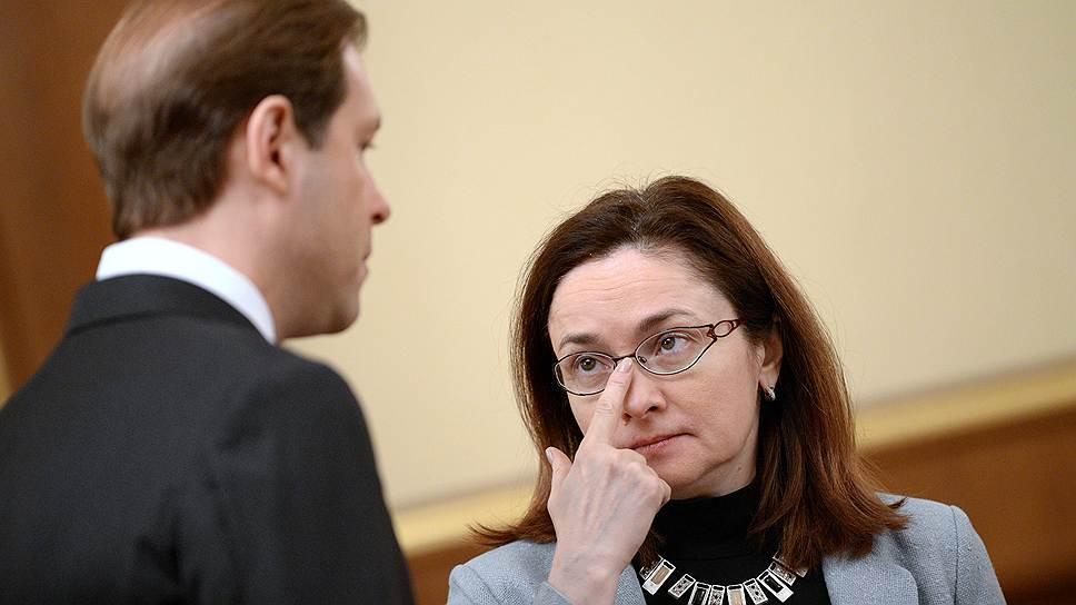 Председатель Центрального Банка России Эльвира Набиуллина (справа) демонстрирует готовность защитить план по инфляции удорожанием денег